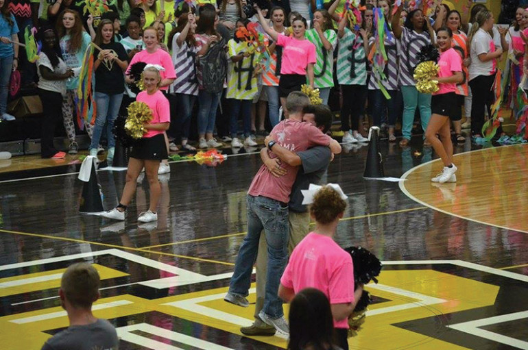 Fort Payne football player receives surprise homecoming from brother