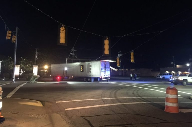 18 wheeler hits power pole in Fort Payne, closes down Gault